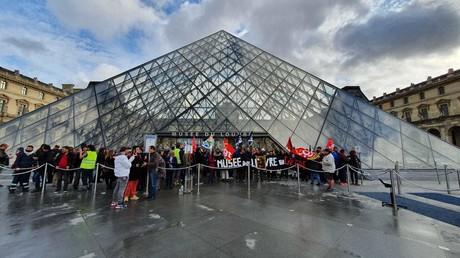 Retraites : des manifestants bloquent le musée du Louvre, les touristes à la porte