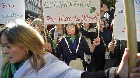 Des manifestants participent à Alger à la 48e semaine de mobilisation du Hirak, le le 17 janvier 2020.