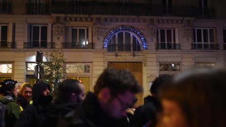 Des manifestants venus protester devant le théâtre des Bouffes du Nord à Paris, où se trouvait le président de la République Emmanuel Macron, le 17 janvier.