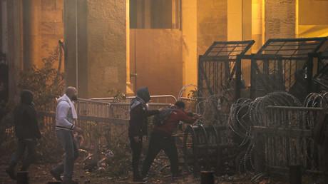 Des manifestants tentent de passer derrière une barrière de sécurité à Beyrouth, le 18 janvier.