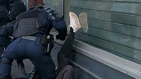 Le policier filmé en train de frapper un manifestant un sol, le 18 janvier à Paris.