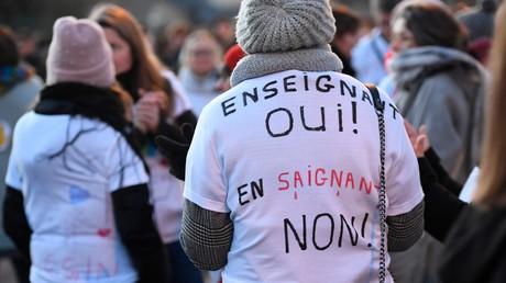 Manifestation d'enseignants devant un lycée de Montfort-sur-Meu (Ille-et-Vilaine), le 20 janvier 2020.