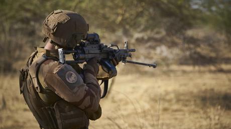 Un soldat de l'armée française surveille une zone rurale dans le nord du Burkina Faso, le 10 novembre 2019 (image d'illustration).