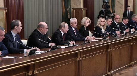 Le Premier ministre Mikhaïl Michoustine (troisième en partant de la gauche) et le président Vladimir Poutine, tienne une conférence avec le nouveau gouvernement russe.
