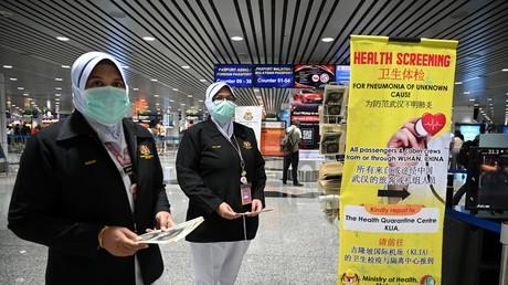 Des membres de services de santé malaisiens déployés à l'aéroport Kuala Lumpur le 21 janvier 2020, alors que les autorités du pays ont accru leurs mesures contre le coronavirus chinois.