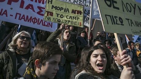 Des manifestants, au port de Mytilène, principale ville de l'île grecque de Lesbos, demandent le retrait du camp de migrants de Moria le 22 janvier 2020.
