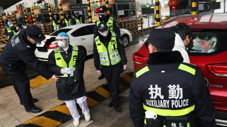 Des policiers contrôlent un véhicule à Xianning, dans la province du Hubei, le 24 janvier 2020, en Chine (image d'illustration).