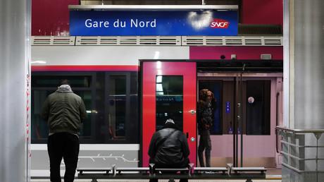 Des voyageurs patientent sur une plateforme à la gare du Nord lors d'une grève de la RATP et de la SNCF contre la réforme des retraites du gouvernement français à Paris, le 24 janvier 2020 (image d'illustration).