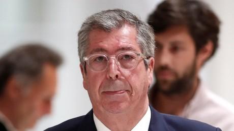 Le maire de Levallois-Perret (Hauts-de-Seine), Patrick Balkany, est photographié à la fin de la première journée de son procès au palais de justice de Paris, le 13 mai 2019 (image d'illustration).