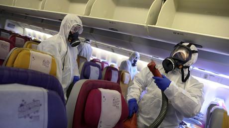 Des membres d'une compagnie aérienne thaïlandaise désinfectent un avion dans le cadre d'une procédure de sécurité contre le coronavirus, le 28 janvier 2020 (image d'illustration).