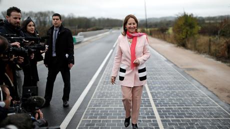 Ségolène Royal assiste à l'inauguration d'une route de panneaux solaires à Tourouvre, en Normandie, le 22 décembre 2016. (image d'illustration)