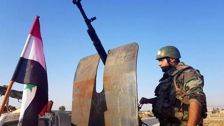 Un soldat de l'armée syrienne est stationné dans la ville de Tel Tamer, au nord-de la Syrie (image d'illustration).