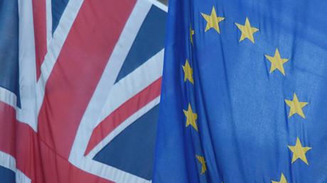 Un drapeau du Royaume-Uni flotte à côté du drapeau de l'Union européenne à Westminster, à Londres, en Grande-Bretagne, le 24 juin 2016 (image d'illustration).