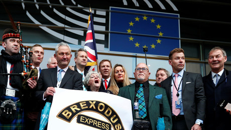 Saynète de députés britanniques pro-brexit, au Parlement européen pour la dernière fois, à Bruxelles (Belgique), le 31 janvier 2020.
