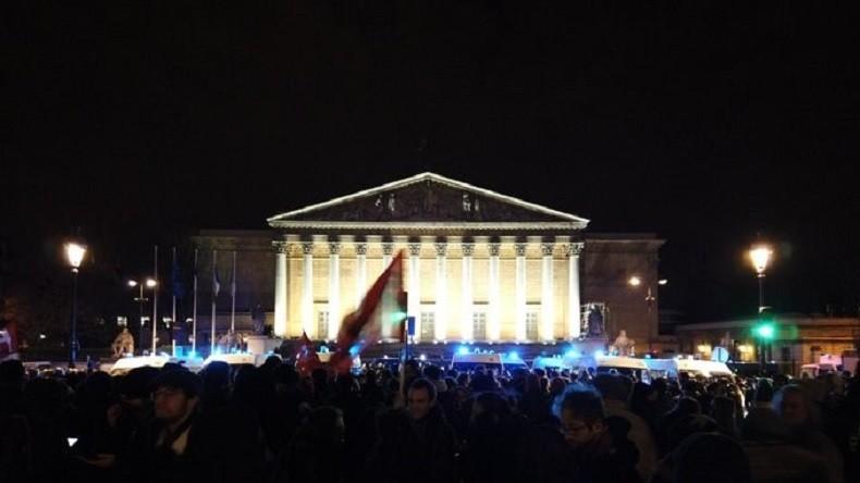 Rassemblement contre le recours du 49-3 devant l'Assemblée nationale (IMAGES)