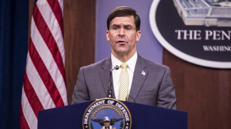 Le secrétaire américain à la Défense, Mark Esper, prend la parole lors d'une conférence de presse bilatérale avec le ministre française de la Défense Florence Parly au Pentagone le 27 janvier 2020 à Arlington, en Virginie aux Etats-Unis (image d'illustration).