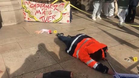 Une scène de crime symbolique est organisée par des policiers scientifiques devant l'opéra Garnier.