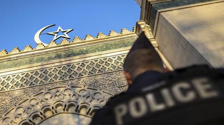 Un policier monte la garde devant l'entrée de la grande mosquée de Paris, le 22 mars 2019 lors d'une cérémonie en hommage aux victimes des massacres des mosquées jumelles à Hagley Park à Christchurch (Nouvelle-Zélande). (image d'illustration)