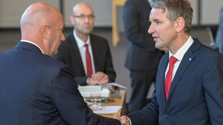 Le président du groupe parlementaire de l'AfD du Land de Thuringe félicite Thomas Kemmerich issu du petit parti libéral FDP, pour son élection à la tête de cet Etat régional, le 5 février 2020,