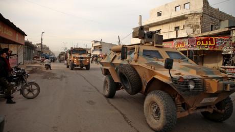 Des véhicules militaires turcs se dirigent vers le sud de la province syrienne d'Idleb (nord-ouest) en passant par la ville d'Atareb, le 3 février 2020 (image d'illustration).