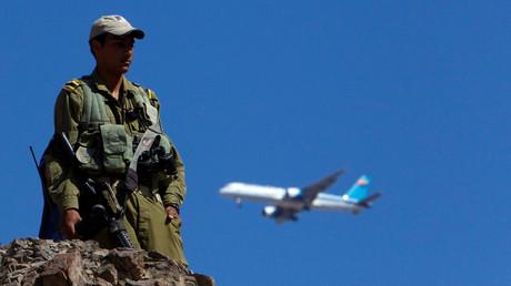 Un avion de ligne vole au-dessus d'un soldat israélien le 19 août 2011 près de la frontière entre Israël et l'Egypte (image d'illustration).