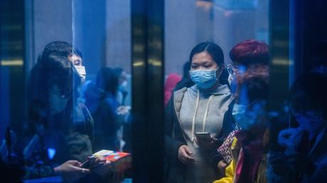 Plusieurs personnes attendent pour acheter des masques de protection à Hong Kong, le 5 février 2020 (image d'illustration).