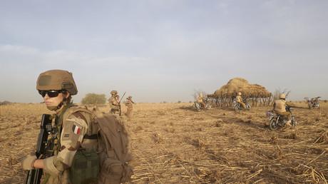 Sur cette photo d'archive prise le 9 novembre 2019, un soldat de l'armée française patrouille dans une zone rurale lors de l'opération Barkhane, dans le nord du Burkina Faso (image d'illustration).