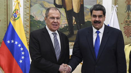 Le président vénézuélien Nicolas Maduro (à droite) serre la main du ministre russe des Affaires étrangères Sergueï Lavrov (à gauche) avant une réunion privée au palais présidentiel de Miraflores à Caracas le 7 février 2020 (image d'illustration).