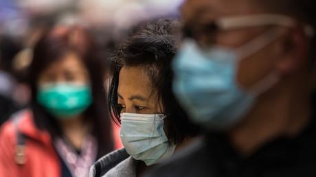 Des passants portent un masque à Hong Kong, le 9 février (image d'illustration).