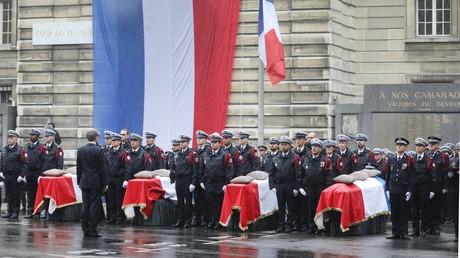 Emmanuel Macron devant les cercueils des quatre victimes de Mickaël Harpon en octobre.