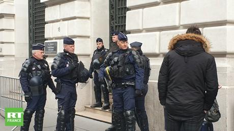 Les forces de l'ordre devant le siège de Blackrock à Paris, le 10 février.