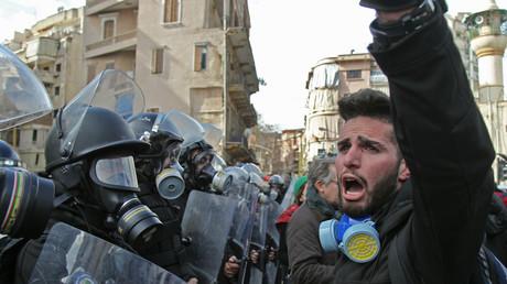 Des manifestants libanais scandent des slogans lors d'affrontements avec les forces de l'ordre le 11 février 2020, au cœur de Beyrouth, au Liban.