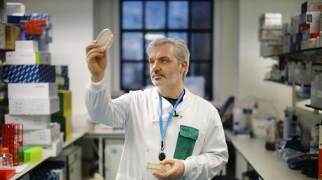 Le docteur Paul McKay, qui travaille sur un vaccin pour la souche 2019-nCoV du nouveau coronavirus, à l'Imperial College School of Medicine (ICSM) à Londres le 10 février 2020 (image d'illustration).