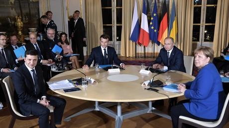9 décembre 2019. Le président russe Vladimir Poutine et le président français Emmanuel Macron, le président ukrainien Vladimir Zelensky et la chancelière allemande Angela Merkel lors d'une réunion au «format normand» à Paris.