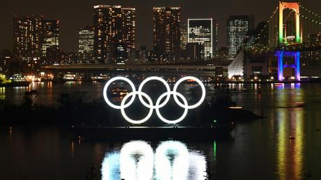 Les anneaux olympiques sont affichés au large du parc marin d'Odaiba lors de la cérémonie commémorative de l'année Tokyo 2020 à Tokyo le 24 janvier 2020 (image d'illustration).