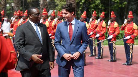 Le président du Sénégal, Macky Sall, accueille le Premier ministre du Canada, Justin Trudeau, au palais présidentiel de Dakar, Sénégal, le 12 février 2020.