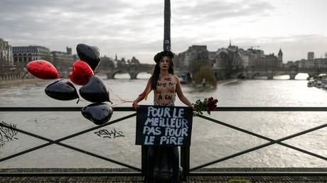 Le jour de la Saint-Valentin, des Femen s'enchaînent à Paris pour dénoncer les féminicides