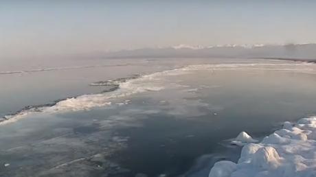 Sibérie : des images magnifiques du lac Baïkal recouvert de glace