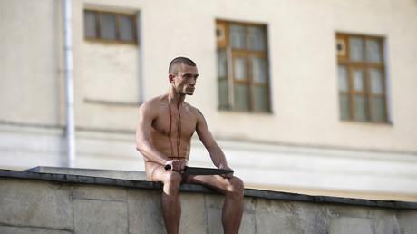Piotr Pavlensky en 2014, lors d'une action de protestation à Moscou, lors de laquelle il s'était coupé une partie de l'oreille.