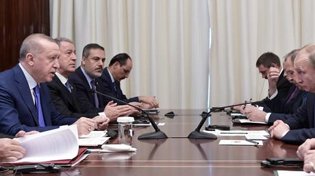 Le président russe Vladimir Poutine et son homologue turc Tayyip Erdogan se rencontrent en marge du sommet de la Libye à Berlin, Allemagne, le 19 janvier 2020.