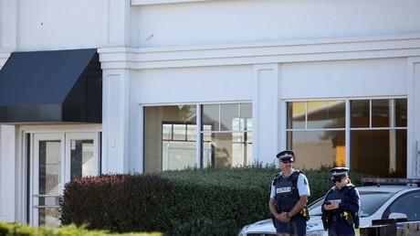 Deux policiers devant une mosquée néozélandaise, le 3 mai 2019, peu après l'attentat de Chrischurch. (Photo d'illustration)