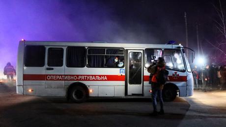 Des bus transportant des évacués de Chine se rendent le 20 février 2020 dans un établissement médical de Novi Sanjary.