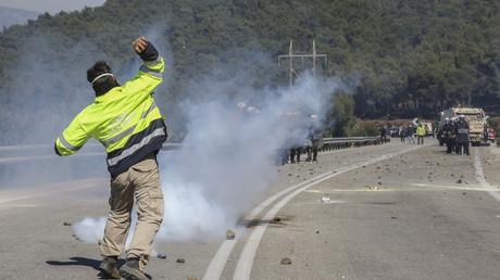 Un manifestant face aux forces de l'ordre à Mantamados, le 26 février 2020.