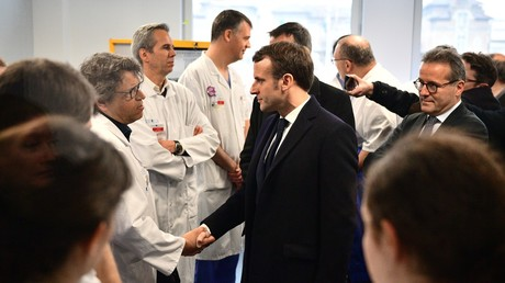 Emmanuel Macron rendait visite ce 27 février au personnel médical de l'hôpital de la Pitié-Salpêtrière à Paris, où est décédé le premier Français victime du coronavirus.