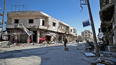 Des combattants syriens soutenus par la Turquie patrouillent dans la ville de Saraqeb dans la partie orientale de la province d'Idlib, dans le nord-ouest de la Syrie, le 27 février 2020 (image d'illustration).