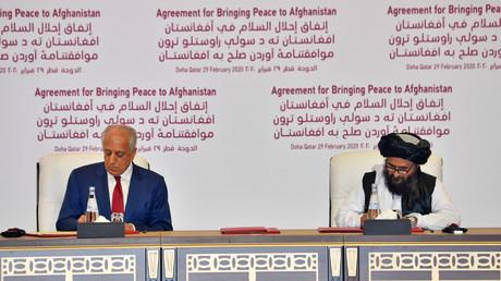 Le mollah Abdul Ghani Baradar, co-fondateur du mouvement des talibans (à droite), a signé l'accord avec l'envoyé spécial des Etats-Unis Zalmay Khalilzad , ce 29 février, à Doha.