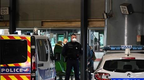 Un policier sécurise une zone en gare de Lyon-Perrache alors qu'un bus venu de Milan a été bloqué le 24 février pour suspicion de passagers contaminés (image d'illustration).