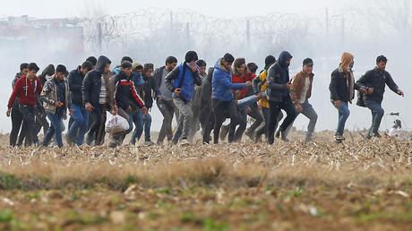 Des migrants transportent un homme blessé près du poste frontière turc de Pazarkule avec la Grèce Kastanies, près d'Edirne, Turquie le 4 mars 2020.
