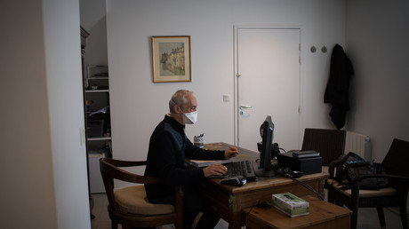 Un médecin porte un masque en prévention du Covid-19, à  Crac'h, en France (image d'illustration).