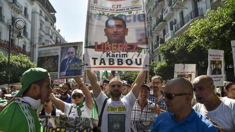Un manifestant brandit un panneau appelant à libérer Karim Tabbou lors d'une manifestation contre le pouvoir organisée à Alger, le 27 septembre 2019 (image d'illustration).